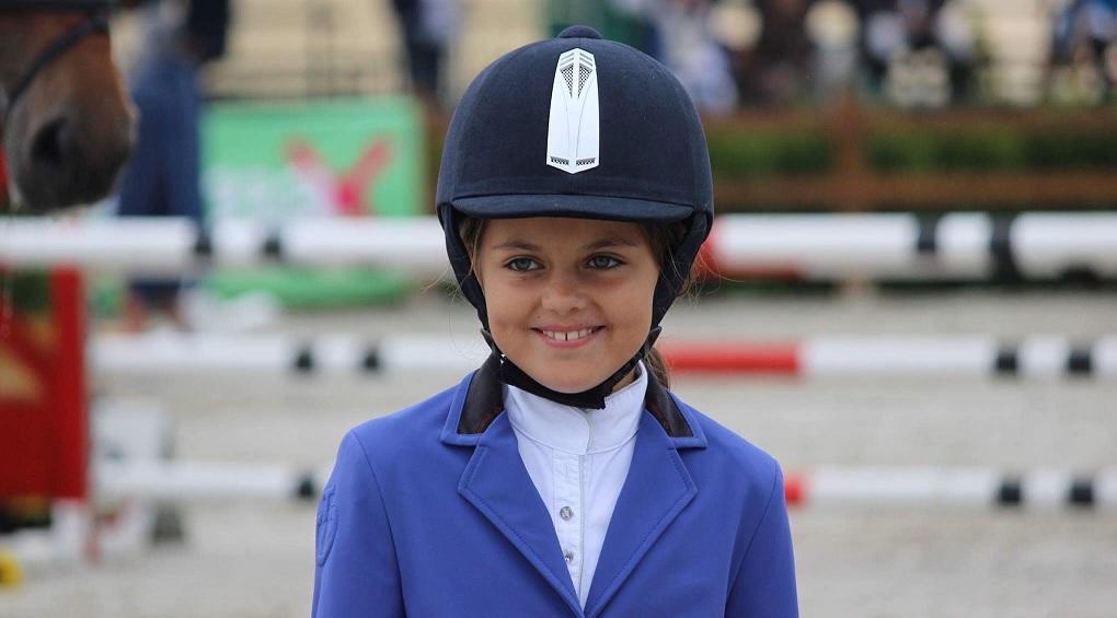 Елиза е на 9 години и е първият шампион по прескачане на препятствия за пони-ездачи в България за 2017 година.