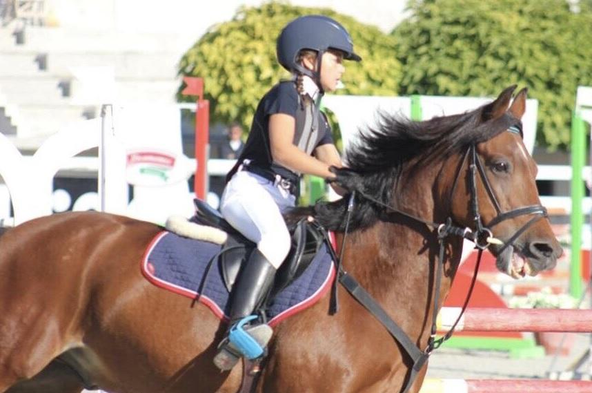 Елиза – двукратен републикански шампион по прескачане на препятствия за пони ездачи